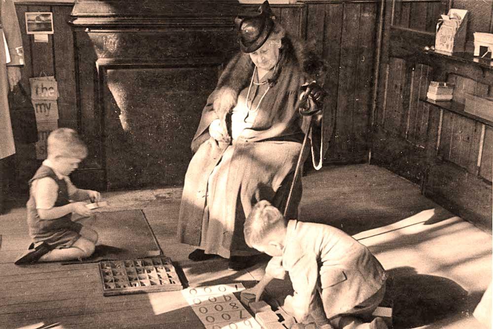 Мария Монтессори успешно обучала детей, которых общество считало интеллектуально неполноценными