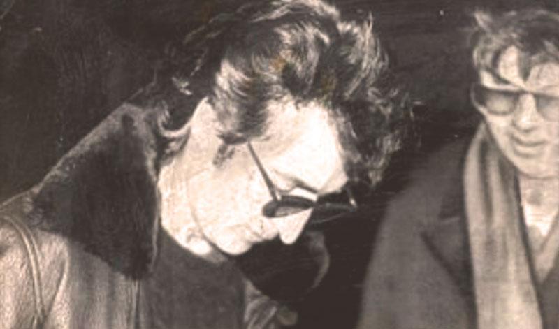 Роковая встреча: Джон Леннон даёт автограф своему убийце Марку Чепмену