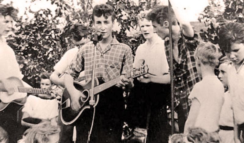 Первая группа, которую собрал Джон Леннон, называлась The Quarrymen